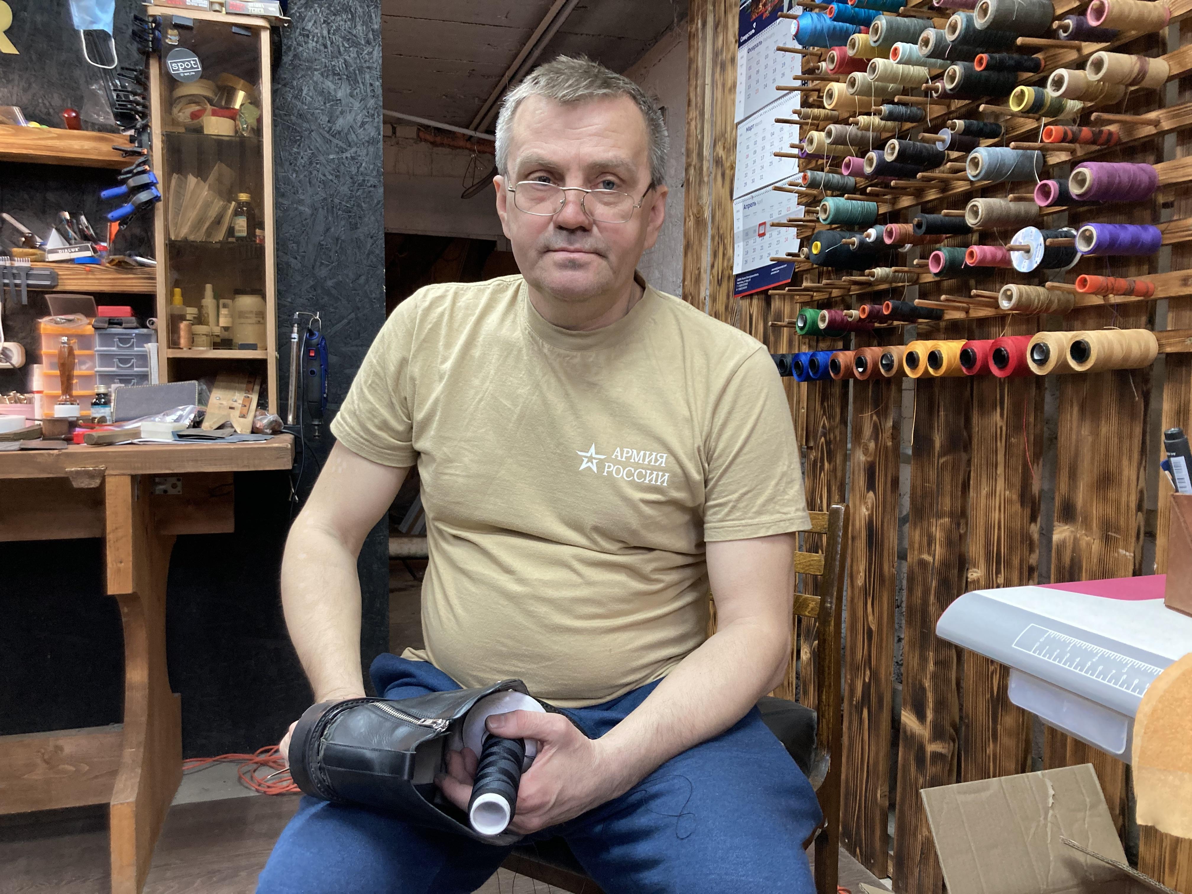 обувной мастер Дмитрий Чернов.