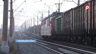 Машинист грузового поезда подавал звуковые и световые сигналы