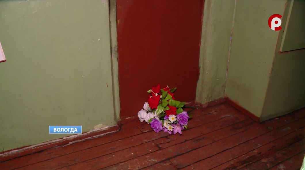 На месте сгоревшей двери — новая, деревянная. А рядом — букет цветов. В память о тех, кто так и не смог той роковой ночью выбраться из огня