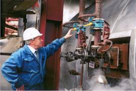 Владимир Поматилов открывает задвижку на торжественном пуске производства серной кислоты СК-600.