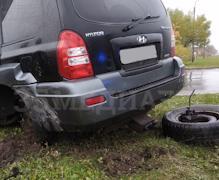 От удара у внедорожника оторвало колесо