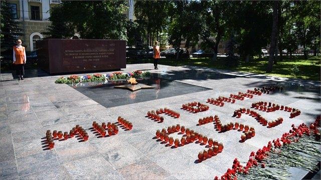 Надпись изсвечей памяти, обозначающую число погибших вовремя войны жителей, зажгли вВологде
