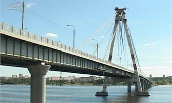 Подрядчик начал подготовку кпокраске пилонов Октябрьского моста вЧереповце