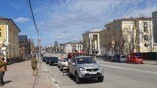 Свыше десятка автомобилей спортретами фронтовиков проехали поулицам Череповца