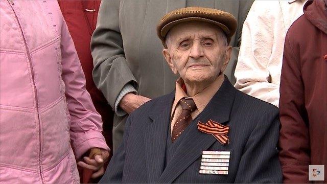 Ветерана Великой Отечественной войны Владимира Фёдорова поздравили агитбригада икурсанты