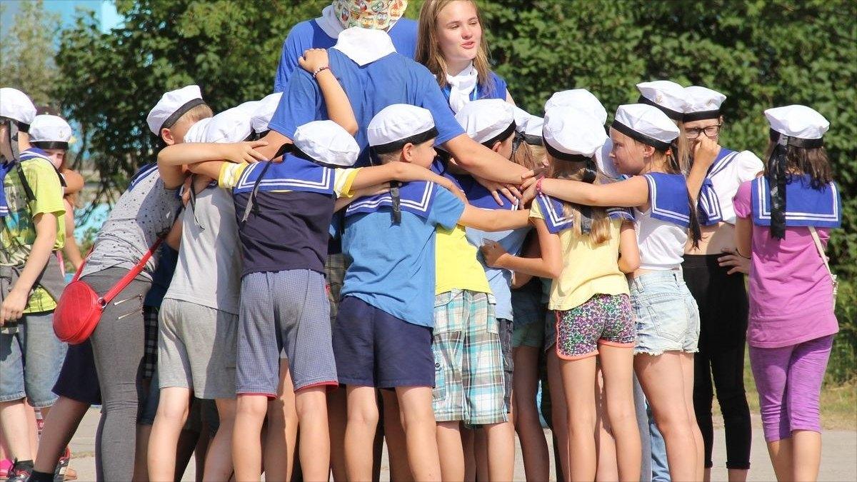 Какие детские лагеря будут открыты летом ибудетли работа для подростков?