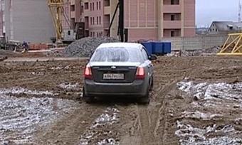 Дорога вдоль строительного котлована угрожает жизням автовладельцев
