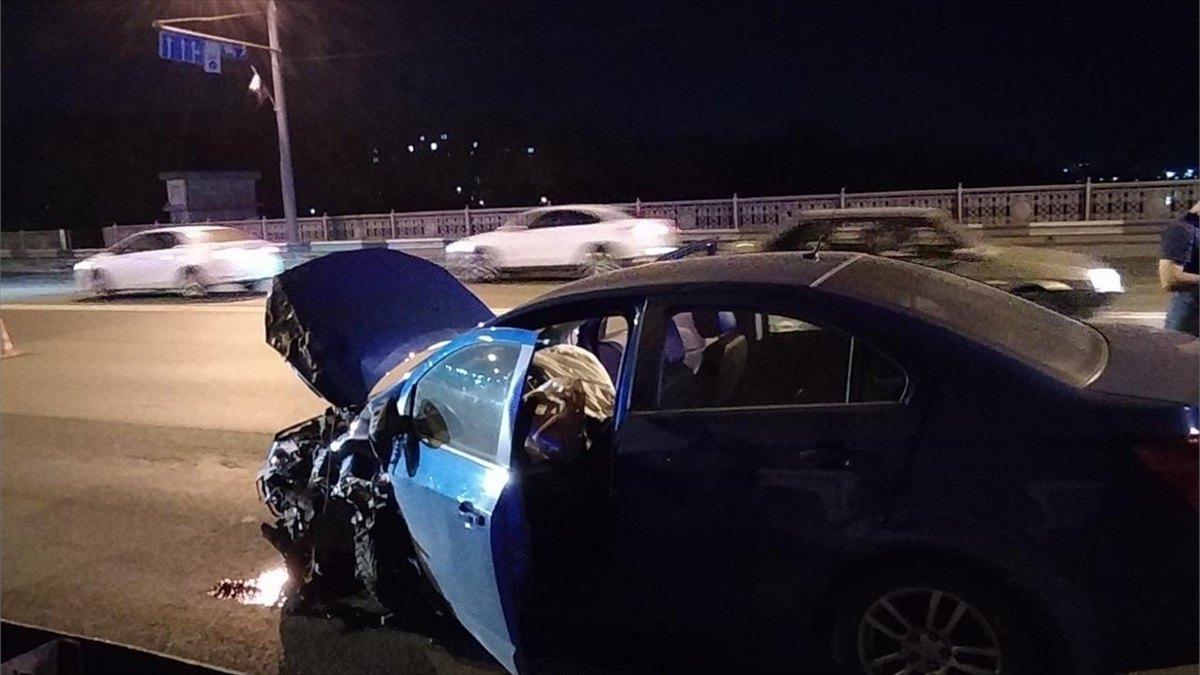 Два автомобиля столкнулись наОктябрьском мосту вЧереповце