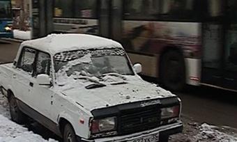 Припаркованные наобочинах машины мешают нормальной уборке череповецких улиц