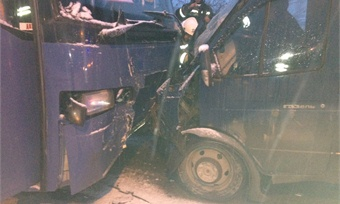 Автобус иГАЗель столкнулись вЧереповце. Есть пострадавший
