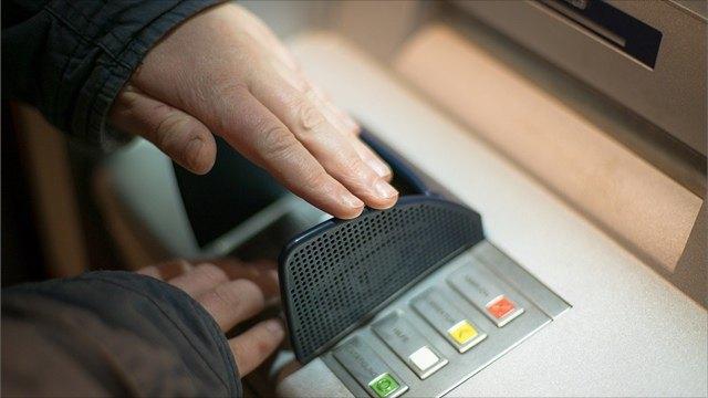 Охранница ТЦвВологде помогла остановить пенсионерку, которая переводила деньги мошенникам