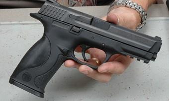 Вооруженный пистолетом мужчина ограбил череповецкий магазин