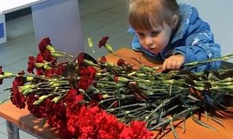 Сотни цветов принесли череповчане кЛедовому дворцу впамять о«Локомотиве»