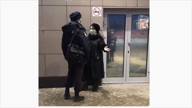 Полицейский пригрозил женщине умагазина вЧереповце применением силы из-за отсутствия маски