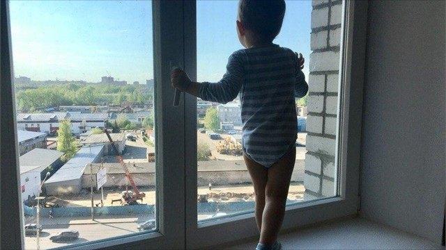 Ребенок выпал изокна впоселке под Вологдой