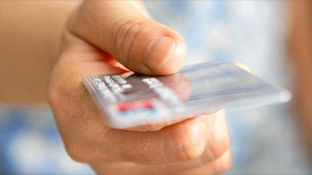 Вологжанка потеряла банковскую карту вовремя прогулки ссобакой илишилась 4тысяч рублей