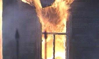 Полицейские потушили горящий дом испасли десятки людей