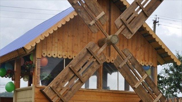 Вдеревне под Череповцом построили беседку ввиде мельницы