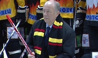 Вячеслав Позгалев получил коДню рождения хоккейный шарф иименную майку