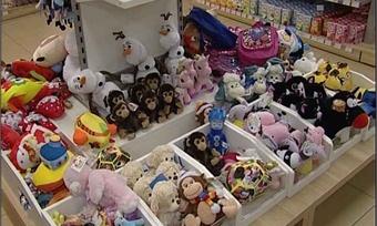 Сладкие подарки спросрочкой иопасные игрушки: как выбрать ребенку правильный подарок