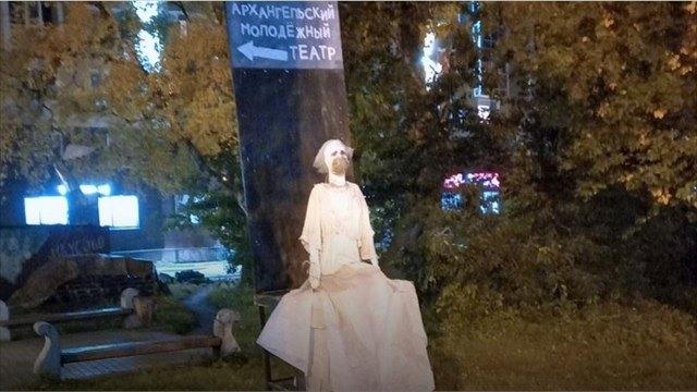 ВАрхангельске вандалы украли коронавирусную статую Молодёжного театра